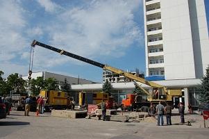 У гостиницы «Крым»  тепловики ведут работы по замене аварийного участка трубопровода