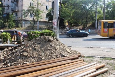 Специалисты «Севтеплоэнерго» перекладывают 40 метров трубопровода под проезжей частью