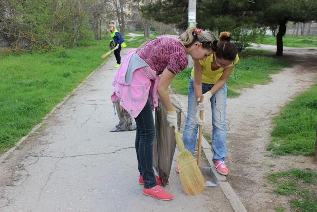 1,5 тонны мусора убрали сотрудники ГУПС «Севтеплоэнерго» во время субботника в парке на ул. Хрусталева (фоторепортаж)
