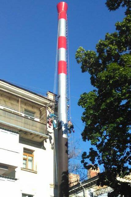 «Севтеплоэнерго» наносит на дымовые трубы сигнальную краску