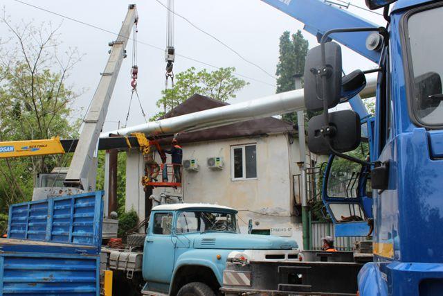 На ул. Ерошенко,17-А специалисты «Севтеплоэнерго» ремонтируют теплотрассу на высоте двухэтажного дома