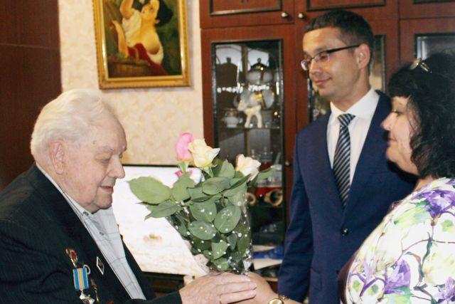 Сотрудники ГУПС «Севтеплоэнерго» поздравили ветеранов с наступающим Днем Победы