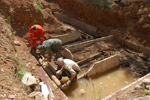 У дома ПОР, 23 ведется ремонт аварийного участка трубопровода